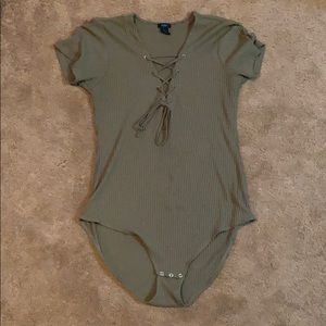 Short-sleeve body suit